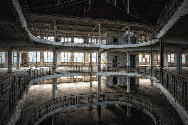 Sarah Oppenheimer entre el arte cinético, la escultura y la arquitectura